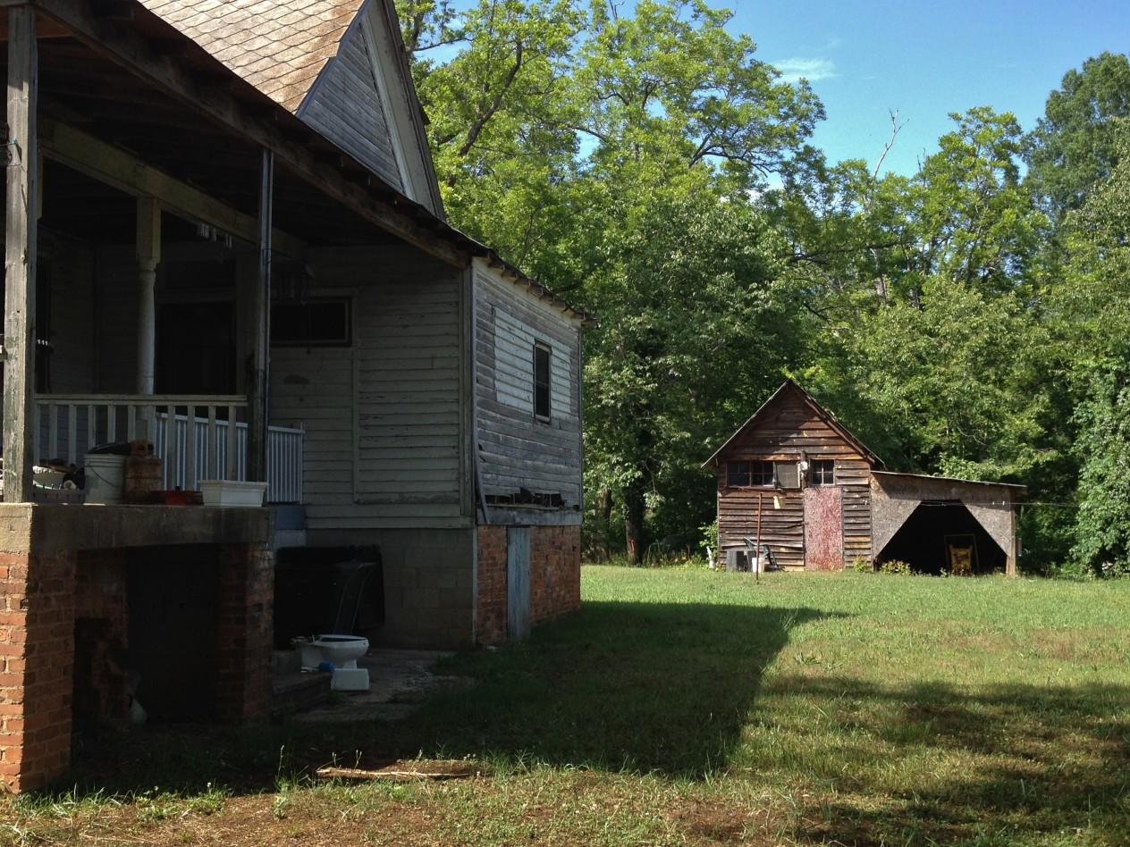 alabama-honeysuckle-haunted-farmhouse